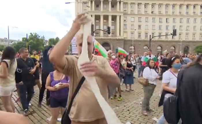 Протестиращи хвърляха тоалетна хартия по сградата на Министерския съвет
