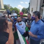 Христо Иванов пренасочи протеста пред общината в Бургас.