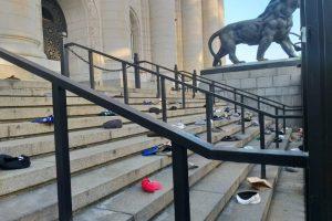 Хвърлените пред Съдебната палата каскети. Снимка: БНТ