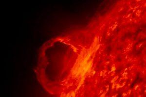 Магнитните бури възникват, когато поток от слънчева материя удари магнитното поле на Земята, създавайки някои вълни