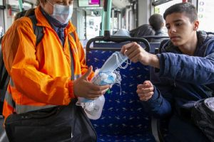 В някои страни по Европа контрольори минават и раздават маски на пътниците.