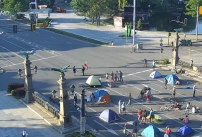 10 палатки блокираха Орлов мост