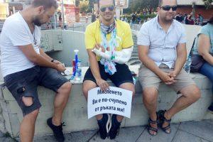Млад мъж с гипс с интересен плакат на протеста