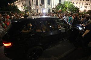 Шофьорът, опитал се да мине през протестиращите