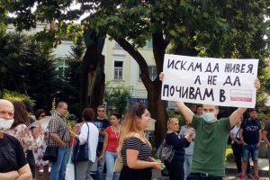 Хората се събират пред сградата на Община Пловдив