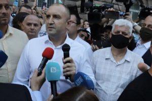 Румен Радев слезе при протестиращите
