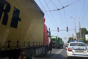 Тир спука гума и задръсти кръстовището на ВСИ