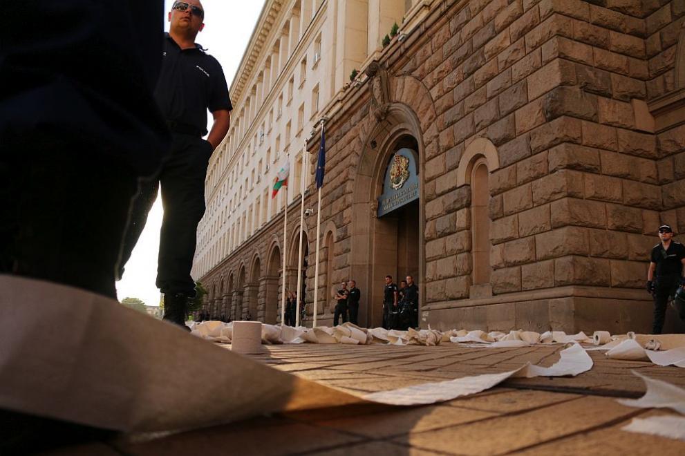 Тоалетната хартия влезе в употреба на протеста. Снимка: Дарик