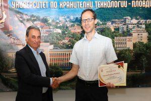 Проф. Пламен Моллов връчи грамота на Николай Желязков, който спечели голямата награда в конкурса за слоган на университета