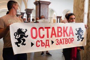 Активисти на Възраждане щурмуваха Гешев. Кадър: бТВ