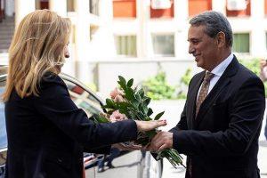 Проф. Пламен Моллов посрещна министър Марияна Николова.