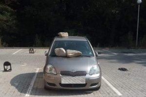 Скалните късове върху крехката тойота на паркинга.