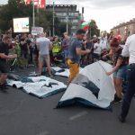 Протестиращите опъват първата палатка при Чифте баня. Кадър: ПловдивПрес