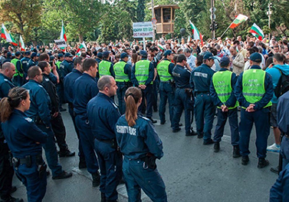 Служителите на реда се заразили, докато пазят протестите.