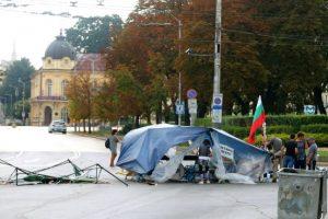 Силен вятър събори палатковия лагер при Ректората