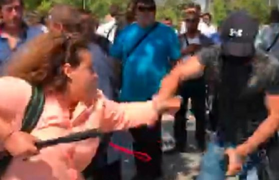 Младеж с черна маска изтръгва телефона на Полина Паунова и го захвърля