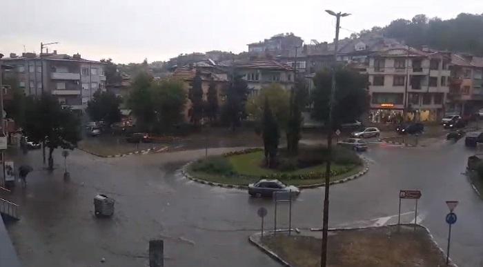 Улиците в Асеновград се превърнаха в реки, снимка: БНТ