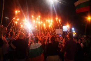 Факлите на среднощните протести.