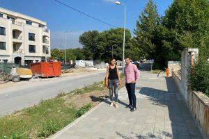 """Димитър Колев провери как е направен новият тротоар на ул. """"Рая""""."""