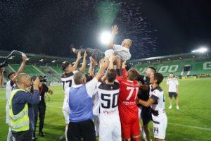 Футболистите вдигнаха Крушарски на ръце. Кадър: Lap.bg