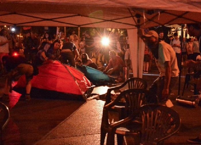 Снощи протестиращи направиха палатков лагер пред Румънското посолство