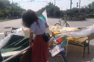 Възстановяват разрушения палатков лагер пред Ректората на СУ.