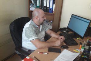 Шефът на отдела за обществени поръчки в общината Тодор Тодоров отвори ценовото предложение на превозвачите.