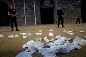 Протестиращите хвърляха памперси по Министерския съвет