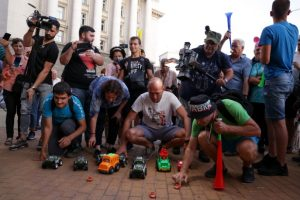 Демонстрантите наредиха двайсетина малки колички играчки под прозорците на Министерски съвет