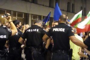 Полицаите направиха плътен кордон край Централна поща, за да не допуснат протустиращите до централния булевард