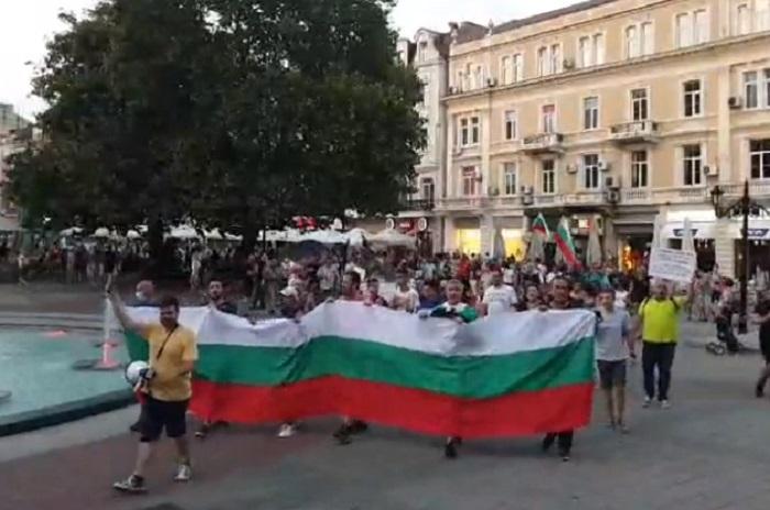 Протестиращите скандираха срещу кмета Здравко Димитров пред сградата на Община Пловдив