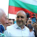 Румен Радев разговаря с протестиращи