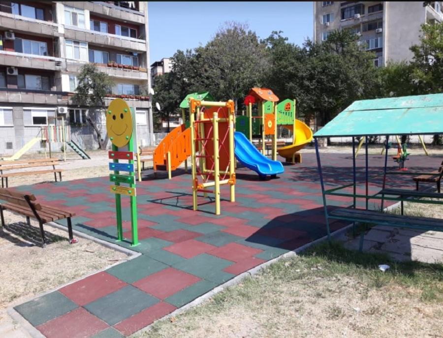 Детската площадка, чиито ремонт е доста надут, според Кътова.