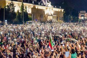 Участниците пак запалиха фенерчетата та телефоните си.