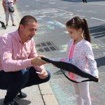Малчугани с подаръци от кмета Димитър Колев