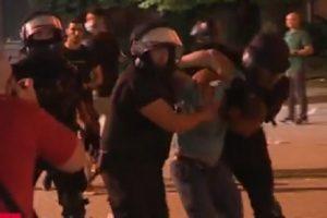Полицаите арестуват демонстранти
