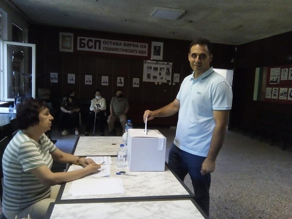 """Лидерът на БСП в """"Северен"""" Атанас Баташки гласува преди обяд."""