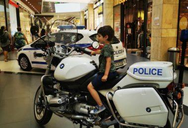 Деца се почувстваха като полицаи за кратко.