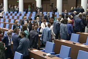 Депутатите от ГЕРБ и ОП излязоха от залата