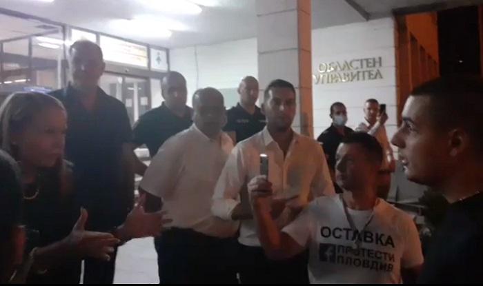 Протестиращите и областният управител се надвикваха и обвиняваха в лъжа