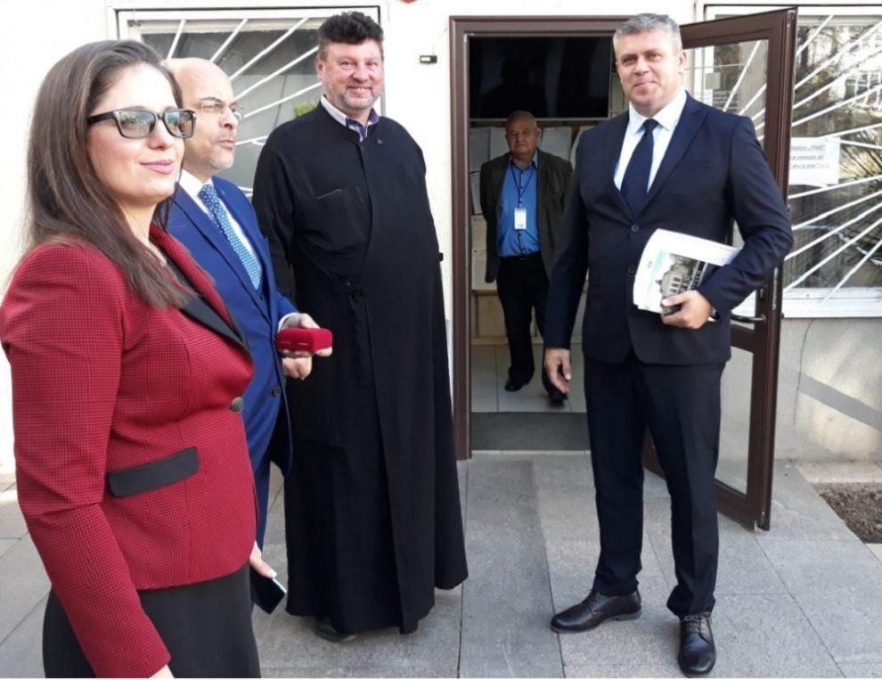 Стоян Алексиев, Лариса Кътова и отец Лазар. Злите духове не се виждат, но явно ги има.