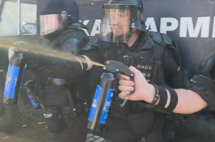 Полицаите използват лютив спрей, снимка bTV