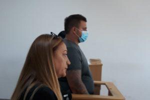 Любомир Петров с адвокатката си в съдебната зала.
