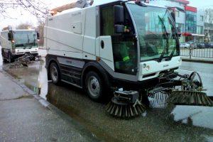 Миенето и дезинфекцията на улиците продължават