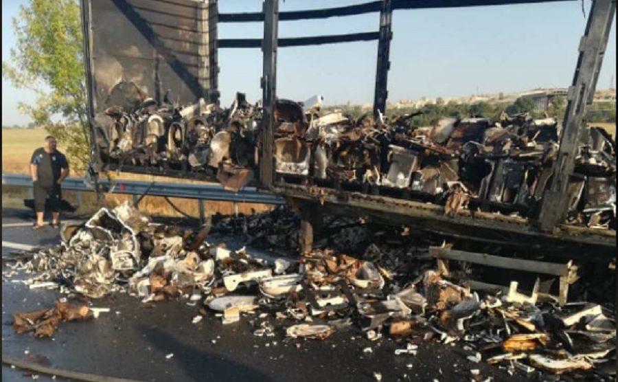 Магистралата е осеяна с остри късове фаянс в района на пожара