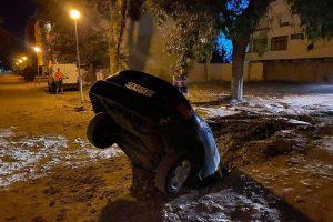"""Кола пропадна в дупка в """"Кършияка"""""""