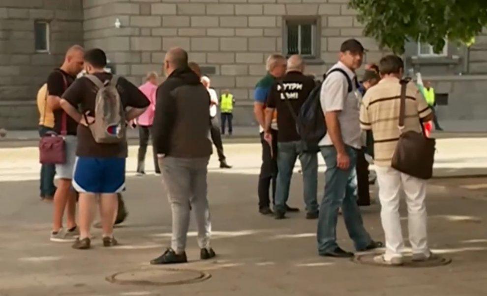 """Протестиращи се събират на пл. """"Независимост"""", Хаджигенов с призив"""