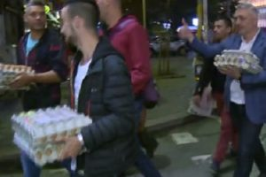Протестиращи носят яйца