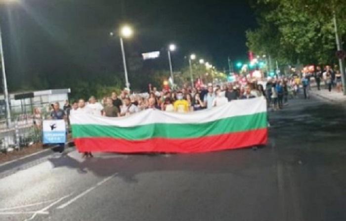 Протестът тази вечер е по-малоброен, много хора са в София