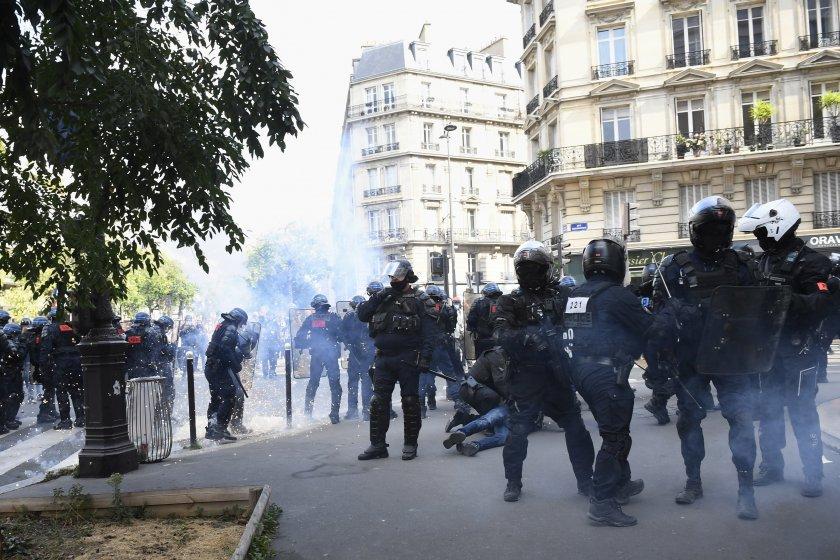Полицията в Париж използва сълзотворен газ.